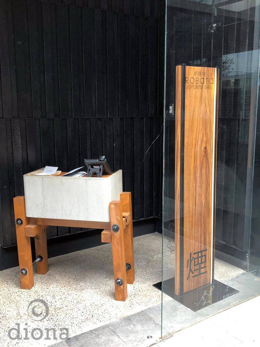 diseño industrial, mobiliario - totem menú, restaurante Robata, fabricación diona